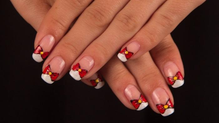 Бантики на ногтях с помощью фломастера