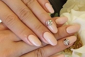 Бежевый маникюр замечательно смотрится на ногтях любой формы