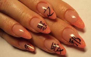 Пример маникюра с иероглифами на заостренных ногтях средней длины