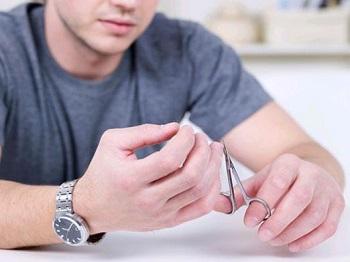 Как выбрать время для стрижки ногтей