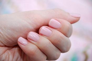 Светлый гель-лак на коротких ногтях придаст ногтям естественный вид