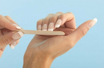 При подпиливании ногтей держите пилку правильно