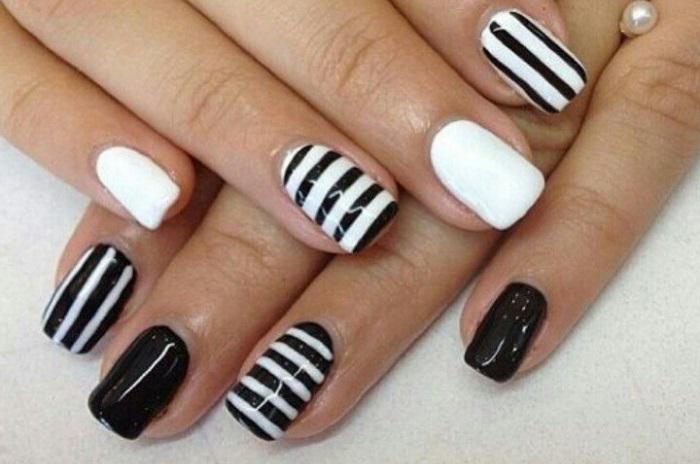 Классический черно-белый дизайн ногтей с полосками