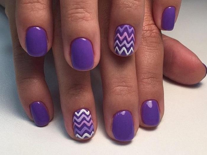 Нежный фиолетовый маникюр с зигзагами