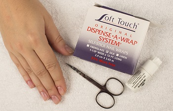 Главными материалами при ремонте ногтя являются шелк и специальный клей