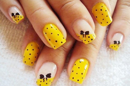 Бантики на коротких овальных ногтях