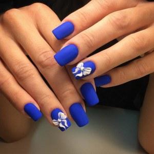 Синий матовый маникюр с бантиками