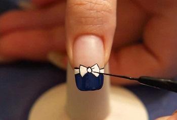Рисунок на ногте с помощью тонкой кисточки