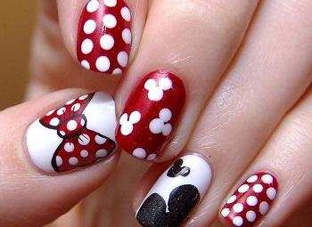 Маникюр с бантиками сочетается и с другими элементами дизайна ногтей