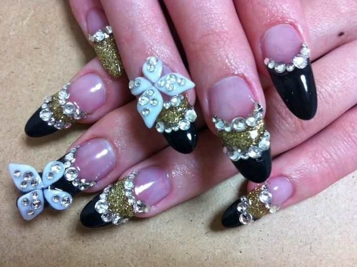 Праздничный маникюр с декором на наращенных ногтях