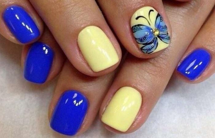 Сине-жёлтый маникюр с принтом бабочки шеллаком