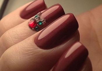 Бордовый лак отлично смотрится на квадратных ногтях