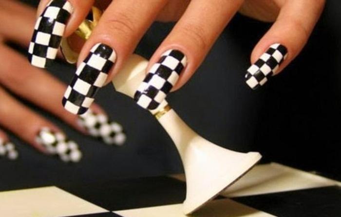 Шахматный чёрно-белый маникюр