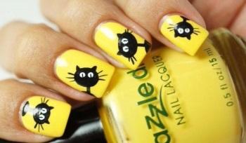 Забавный желтый маникюр с кошками