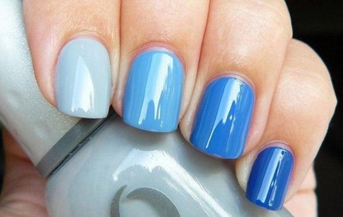 Способ оформления монохромного сине-голубого маникюра