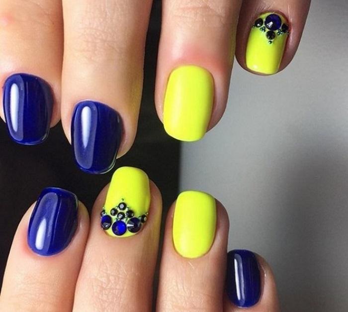 Насыщенный сине-жёлтый маникюр, декорированный стразами