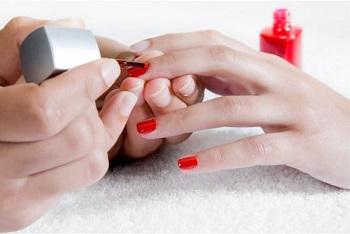 По желанию клиента экспресс-маникюр завершается нанесением слоя цветного лака