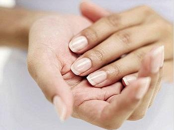 Горячий маникюр благотворно воздействует на ногти и кожу рук