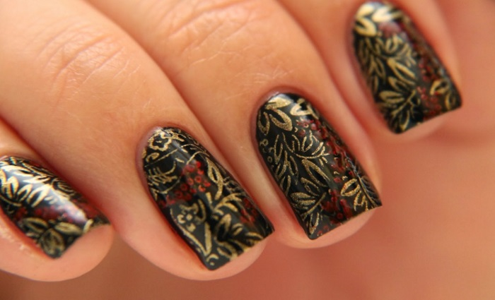 Трафаретная хохломская роспись на натуральных ногтях средней длины
