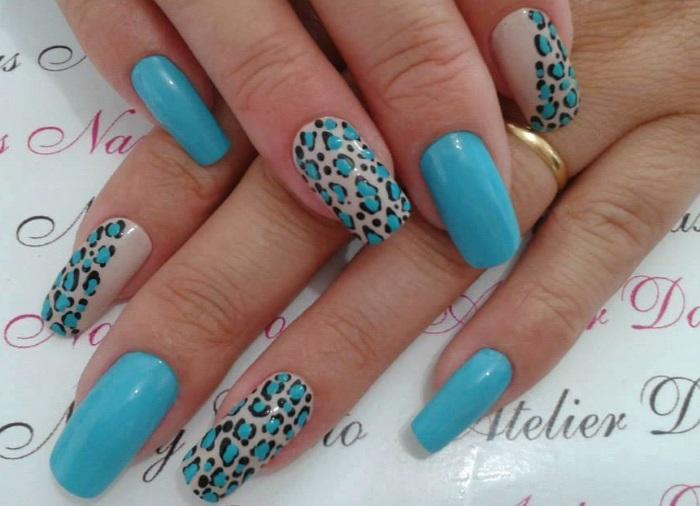 Небесно-голубой маникюр в леопардовом стиле