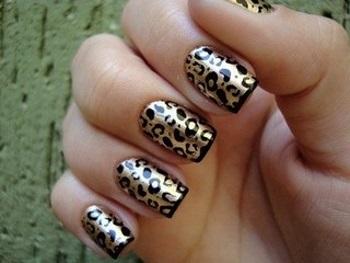 Леопардовый маникюр при помощи наклеек