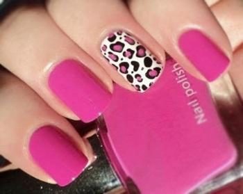 Розовый маникюр с принтом леопарда