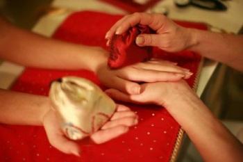 Массаж мешочками - один из этапов выполнения японского маникюра в салоне