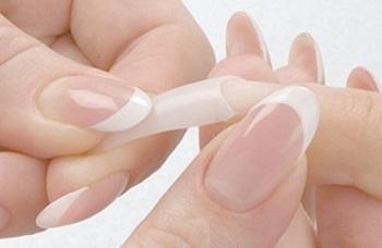 Процесс гелевого наращивания ногтей на типсы