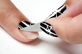 Процесс наклеивания наклеек на ногти