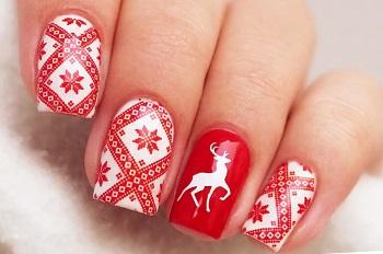 Пример новогоднего дизайна ногтей с узорами и оленями