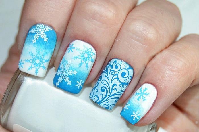 Снегопад на ногтях в технике омбре