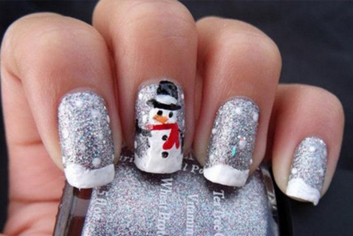 Забавный снеговик на блестящем фоне в сочетании с френчем
