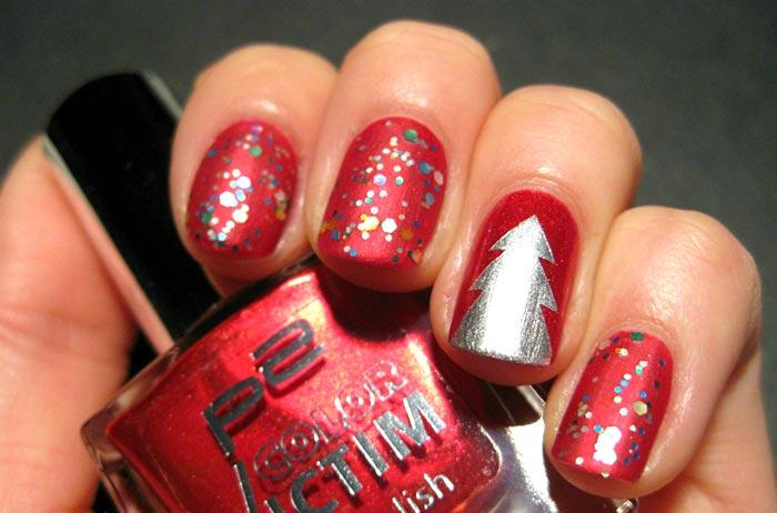 Яркий красный маникюр с блёстками и ёлкой