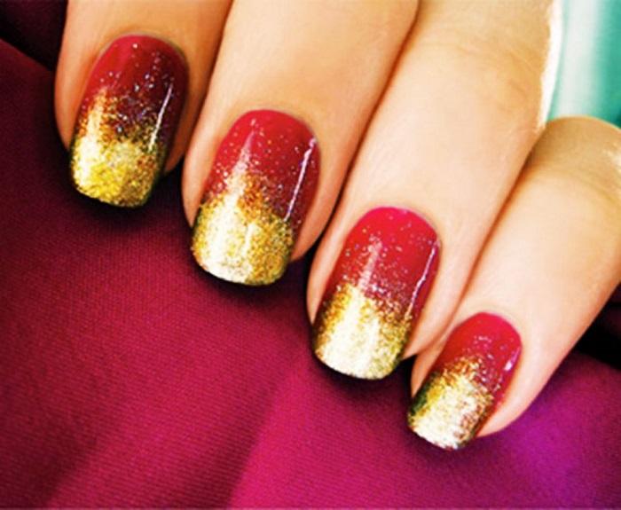 Яркий новогодний маникюр в сочетании красного и золотого