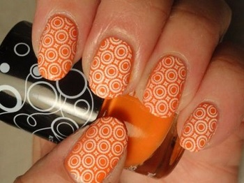 Красивый маникюр в оранжевых тонах