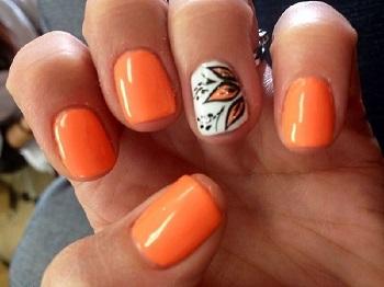 Сочетание оранжевого с белым и черным идеально смотрится на ногтях