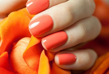 Оранжевый цвет маникюра идеально подходит для осени