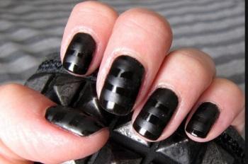 Сочетание матового и глянцевого лака в полосатом дизайне на овальных ногтях