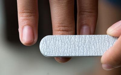 Аккуратно шлифуйте ногтевые пластины