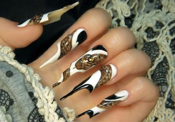 Рисунок змеи на ногтях