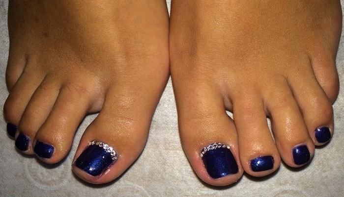 Линия из страз по внутреннему или внешнему краю ногтя