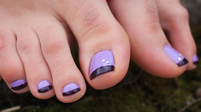 Френч или лунный педикюр – выделение цветом одной из зон ногтя