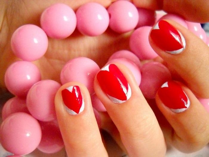 Вариант оформления сердечек на коротких ногтях