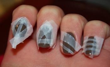 Скотч на ногтях