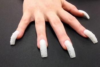Иногда накладные ногти нужно удалить раньше положенного срока