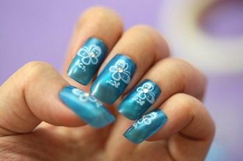 За маникюром с накладными ногтями нужно регулярно ухаживать