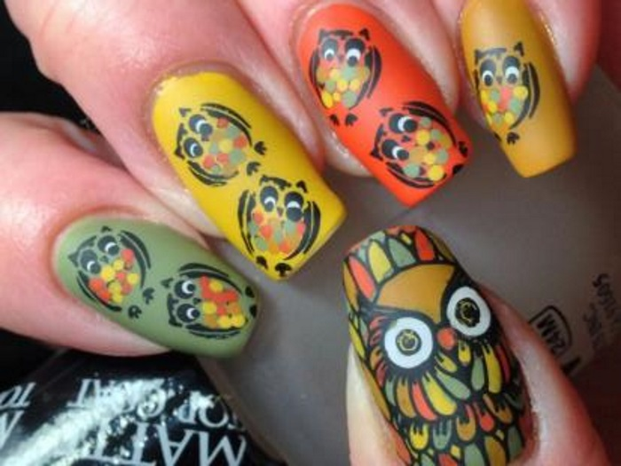 Разноцветный дизайн ногтей с совами