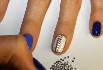 Процесс нанесения страз на ногти