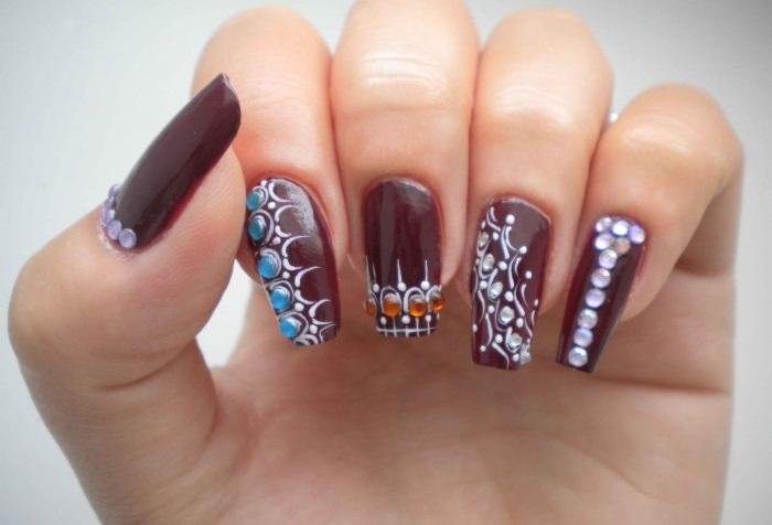 Узоры на ногтях со стразами