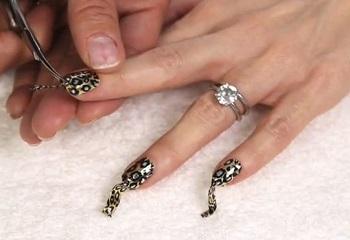 Процесс маникюра ногтей термопленкой